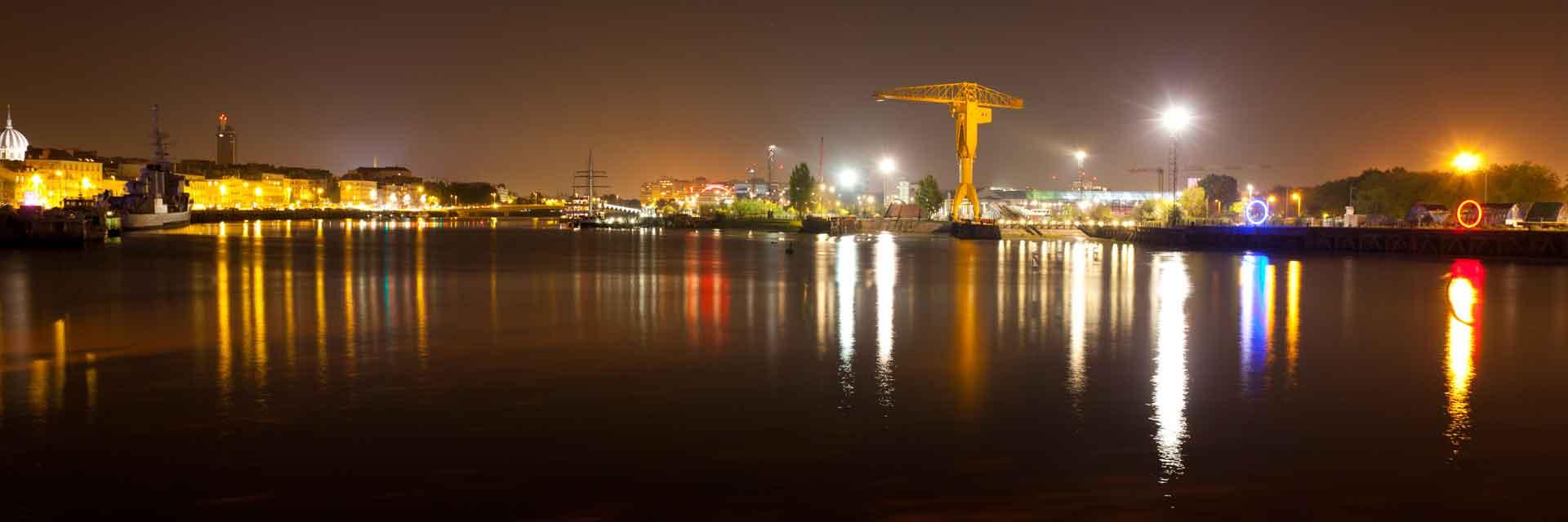 La grue jaune et le Hangar à Bananes à Nantes la nuit