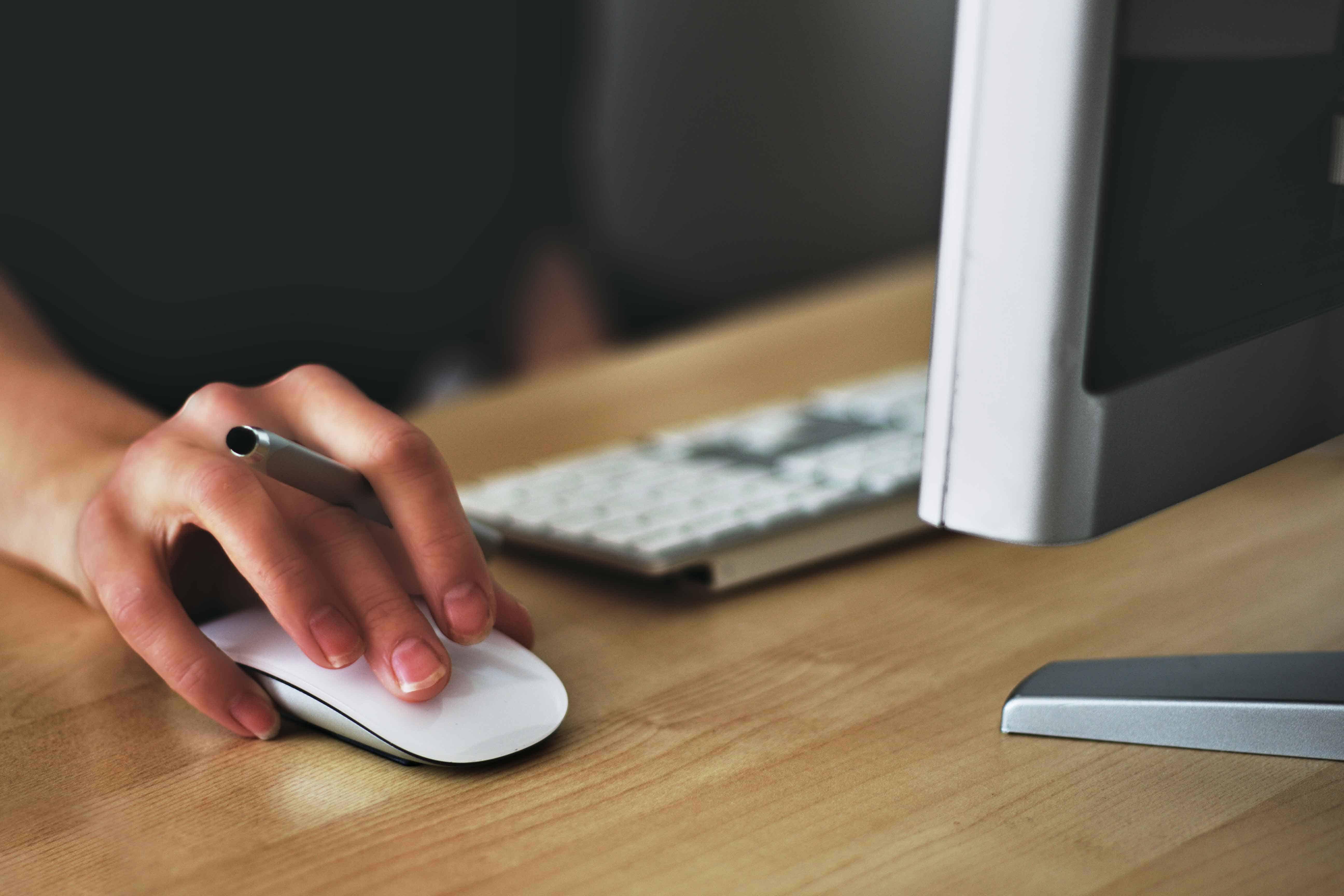 femme travaillant sur son mac