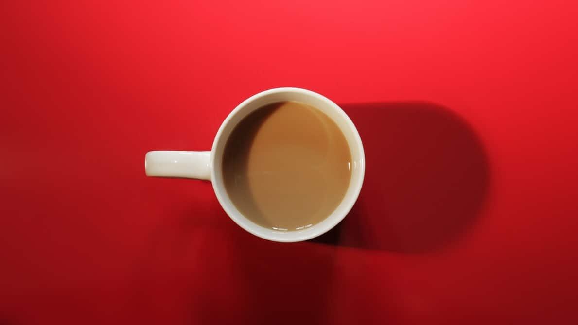 tasse de cafe sur fond rouge