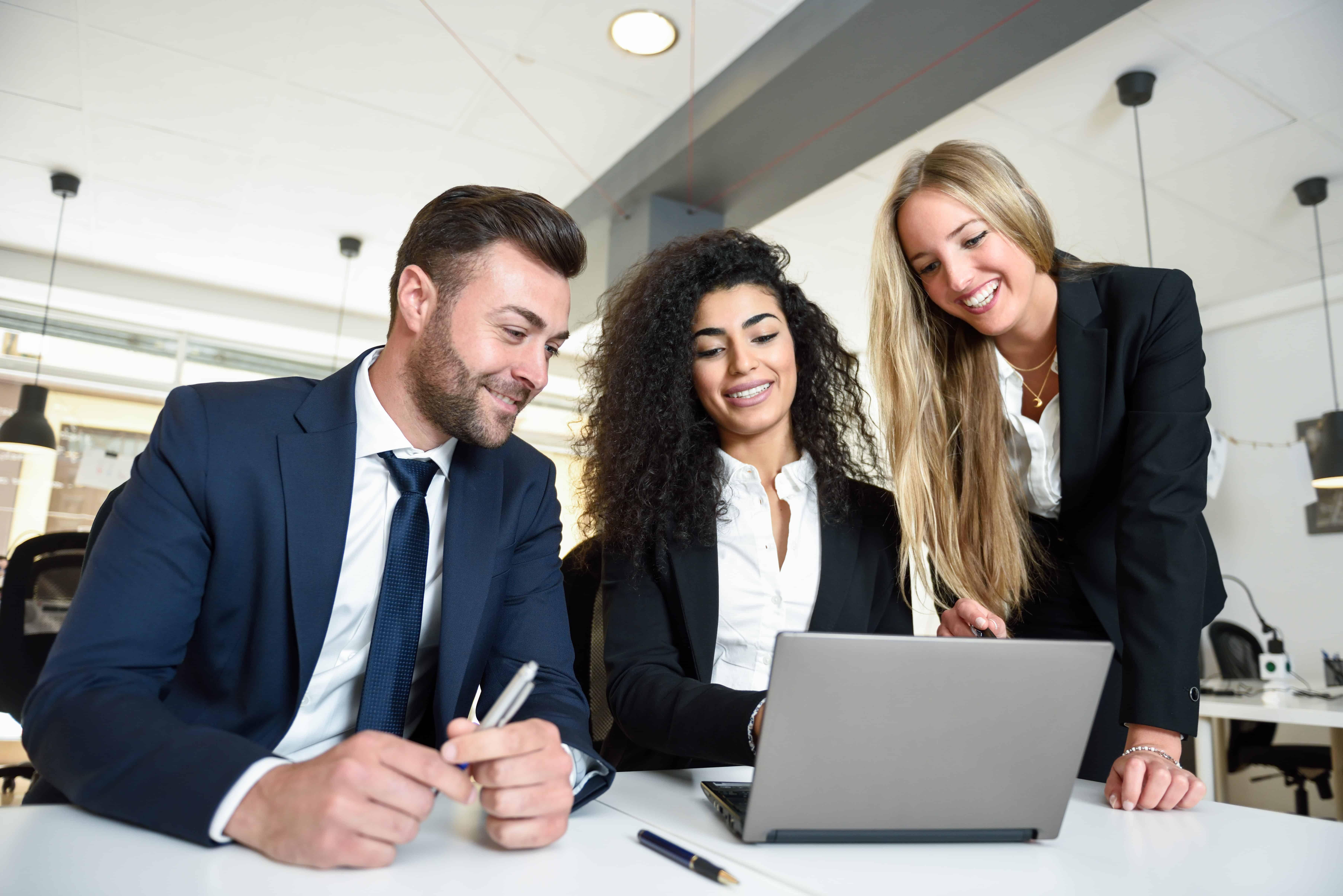 trois personnes travaillant sur le logiciel de recrutement