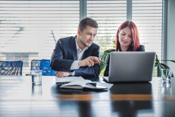 personnes travaillant ensemble sur ordinateur